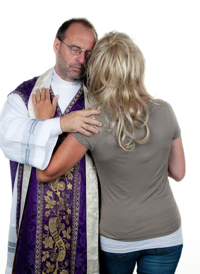 Sacerdote católico no amor imagem de stock