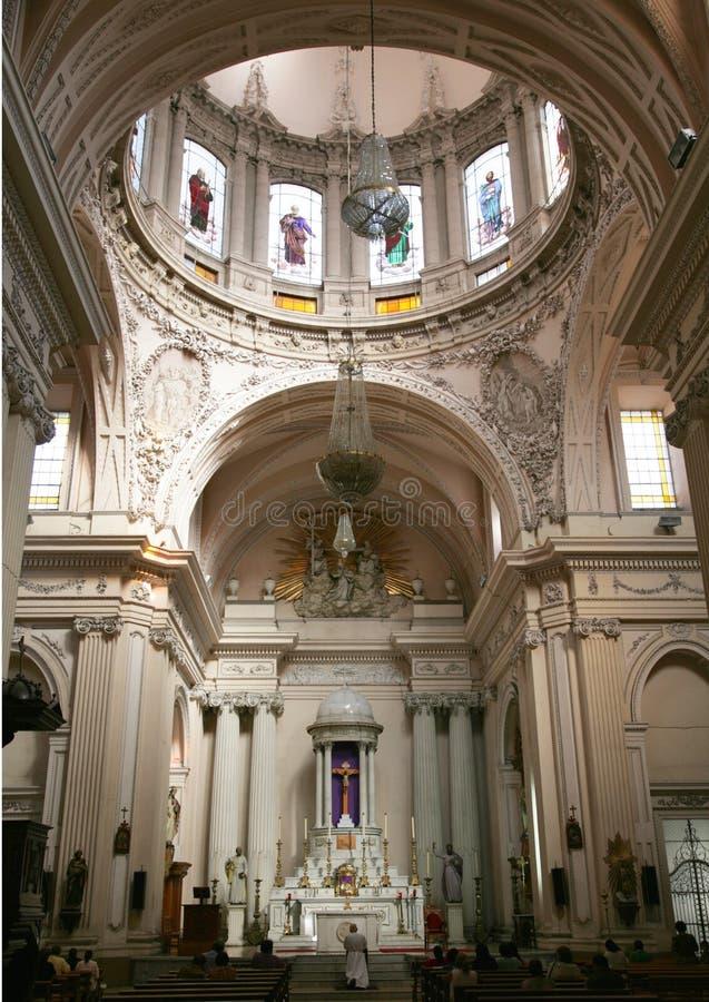 Sacerdote che dice la cattedrale totale Messico di Guadalajara fotografie stock libere da diritti