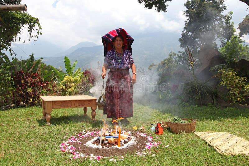 Sacerdote del Maya che realizza rituale fotografia stock