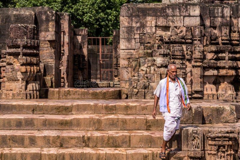Sacerdote en el templo de Konark fotos de archivo