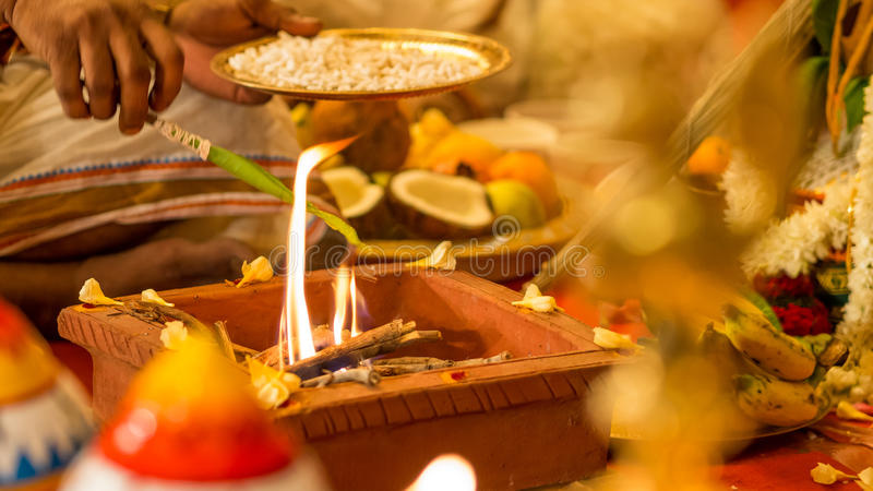 Sacerdote hindú que sacrifica el aceite durante la boda imágenes de archivo libres de regalías