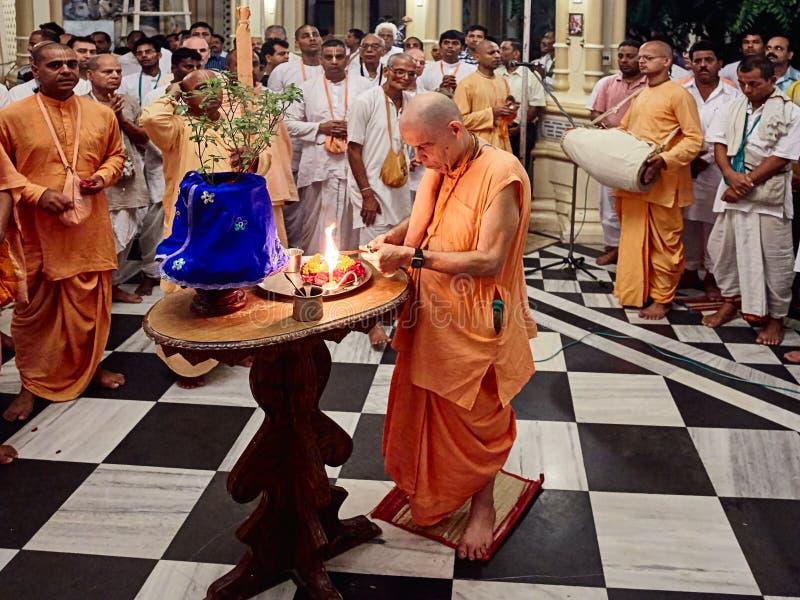 Sacerdote indù che fa Tulasi Puja fotografia stock