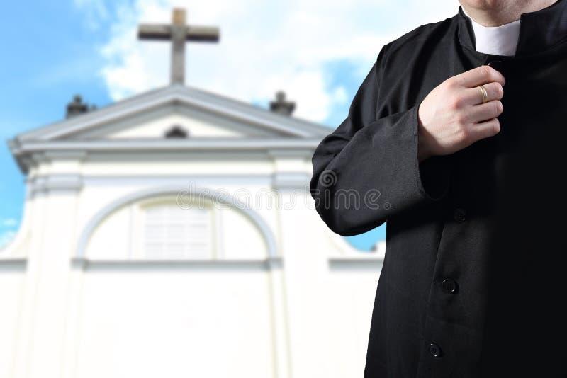 Sacerdote que ruega antes de la parroquia fotografía de archivo libre de regalías