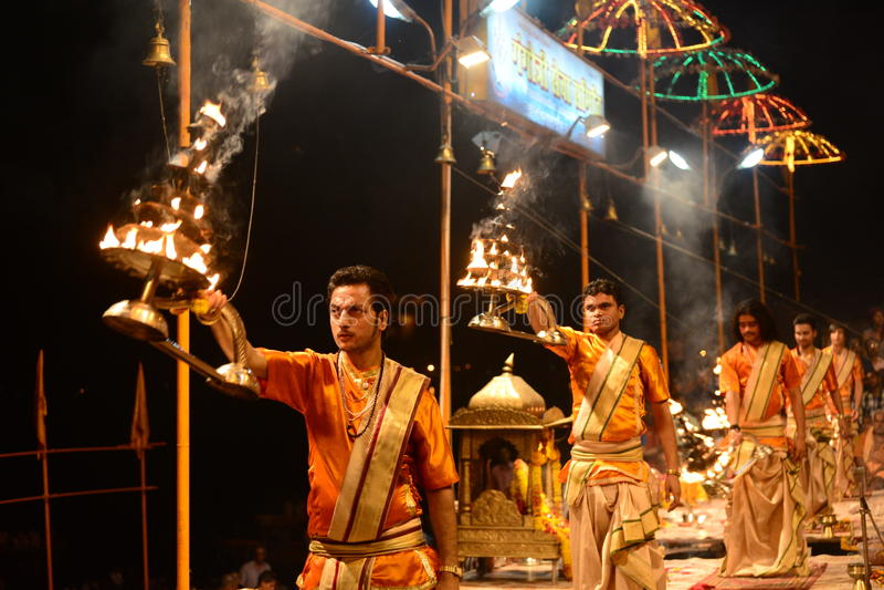 Sacerdotes en el aarti Varanasi del ganga fotos de archivo libres de regalías