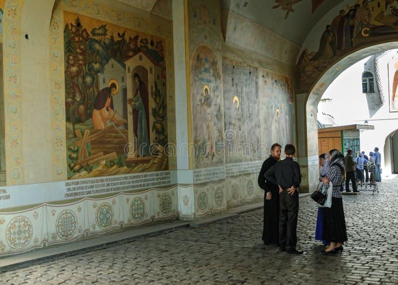Sacerdotes en el monasterio de Sergius Lavra de la trinidad fotos de archivo libres de regalías