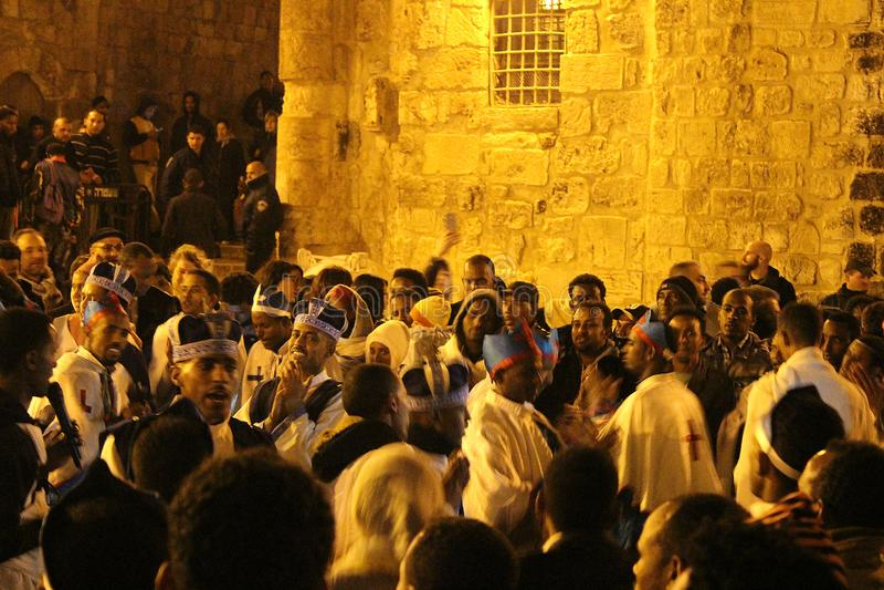 Sacerdotes et?opes y monjes que cantan y que ruegan en atrio en la iglesia de Santo Sepulcro imagen de archivo