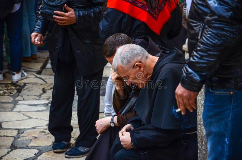 Sacerdotes fuera de la iglesia de Santo Sepulcro imagenes de archivo