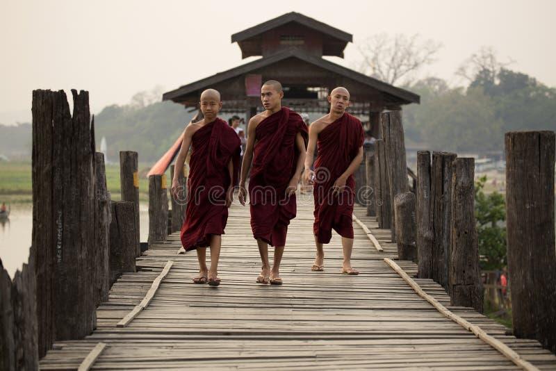 Sacerdotes o monjes que caminan en el puente de U Bein fotos de archivo libres de regalías