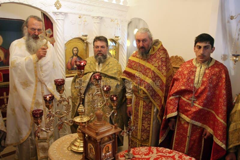 Sacerdotes ortodoxos durante liturgia durante rezos del día de fiesta de Pascua en pequeña iglesia en el pueblo de SM, †de Bulg fotos de archivo libres de regalías