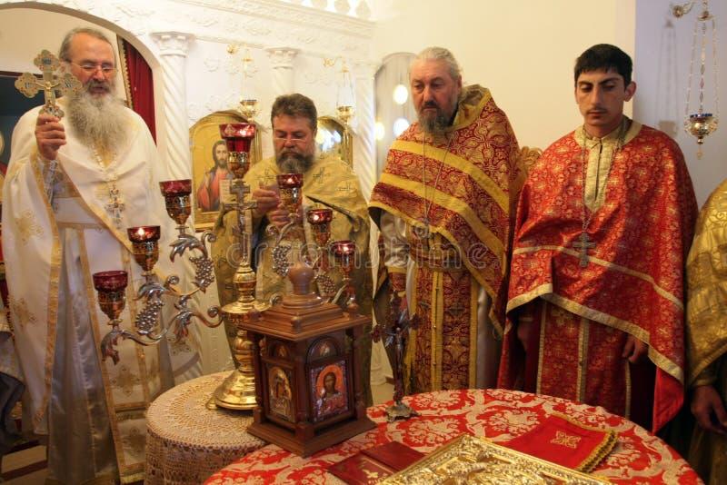 Sacerdotes ortodoxos durante liturgia durante rezos del día de fiesta de Pascua en pequeña iglesia en el pueblo de SM, †de Bulg fotografía de archivo
