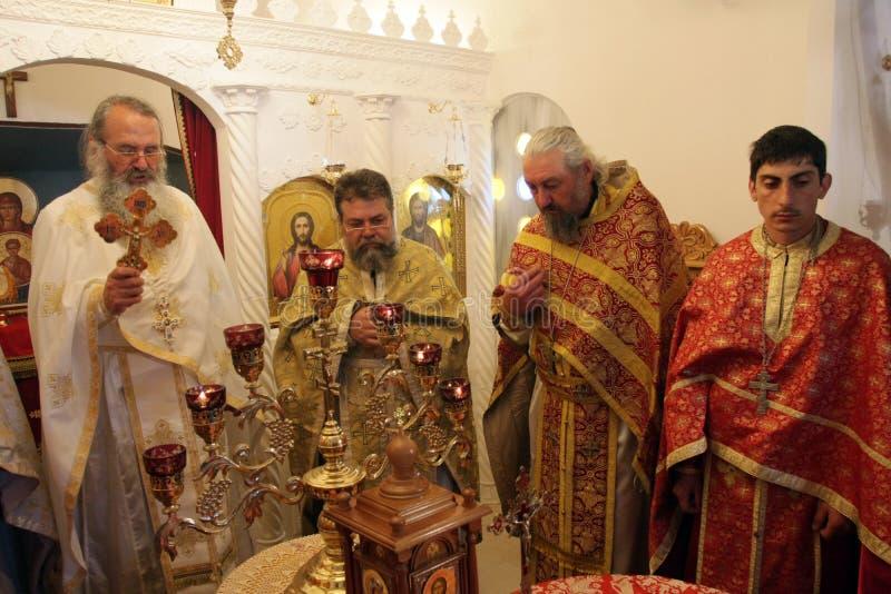 Sacerdotes ortodoxos durante liturgia durante rezos del día de fiesta de Pascua en pequeña iglesia en el pueblo de SM, †de Bulg foto de archivo libre de regalías