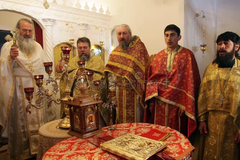 Sacerdotes ortodoxos durante liturgia durante rezos del día de fiesta de Pascua en pequeña iglesia en el pueblo de SM, †de Bulg foto de archivo