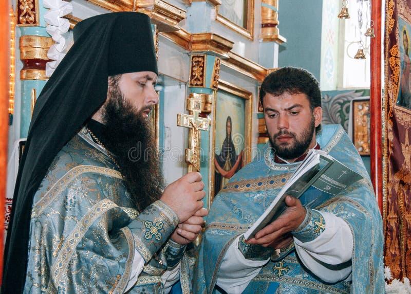 Sacerdotes ortodoxos en altar imágenes de archivo libres de regalías