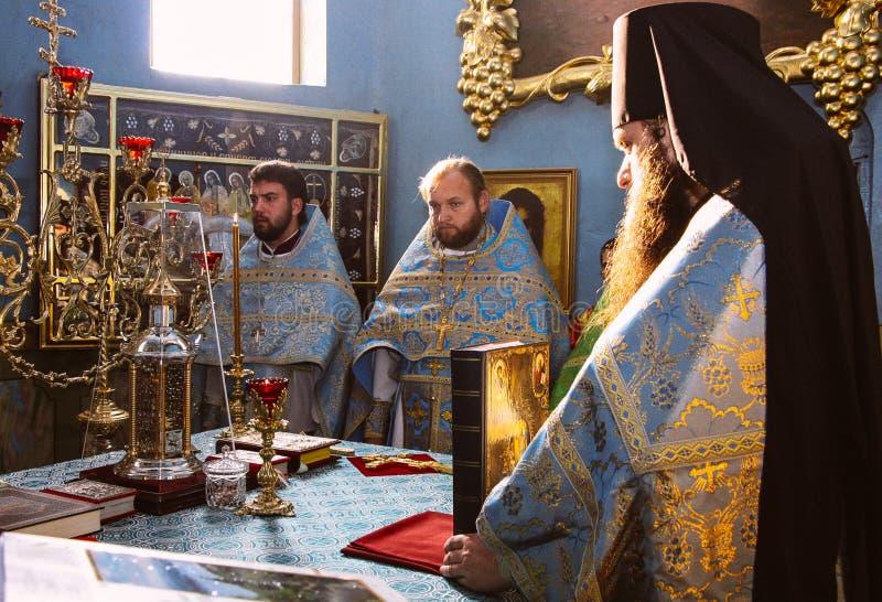 Sacerdotes ortodoxos en iglesia imagenes de archivo