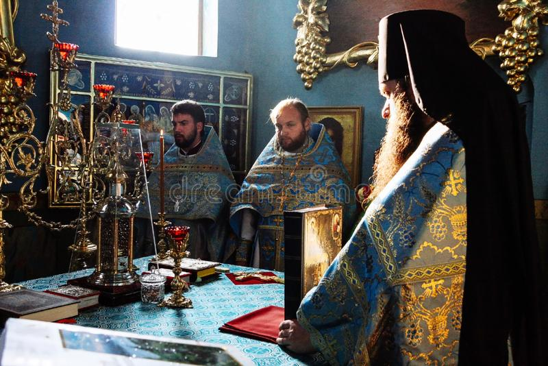 Sacerdotes ortodoxos en iglesia foto de archivo libre de regalías