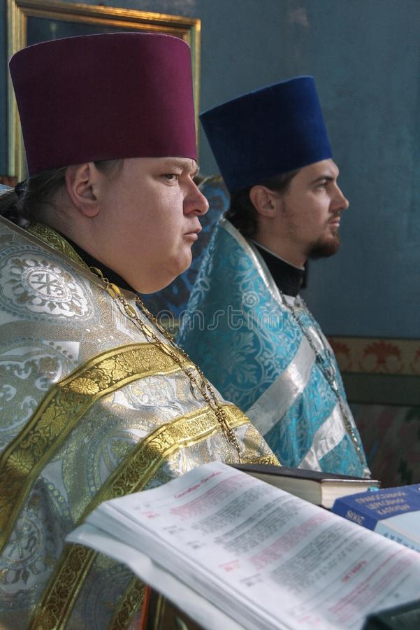 Sacerdotes ortodoxos en iglesia imagen de archivo