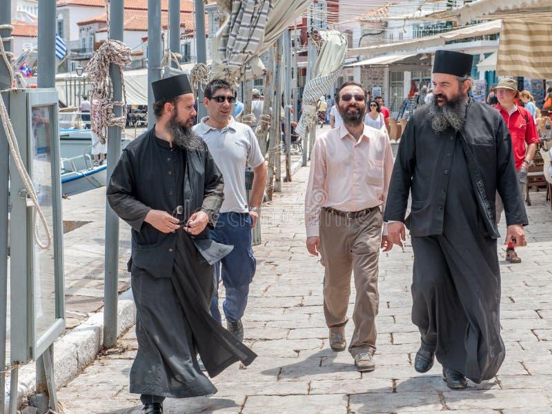 Sacerdotes ortodoxos griegos en el Hydra griego de la isla fotos de archivo libres de regalías