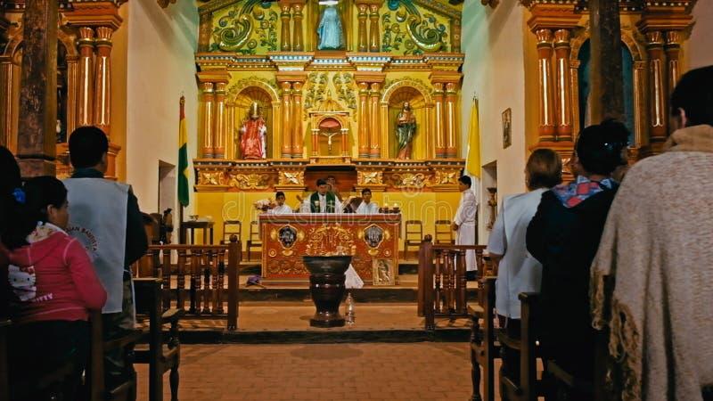 sacerdotes que presentan un discurso entre los peregrinos en el final del evento total de la ceremonia en la iglesia local de la  imagen de archivo