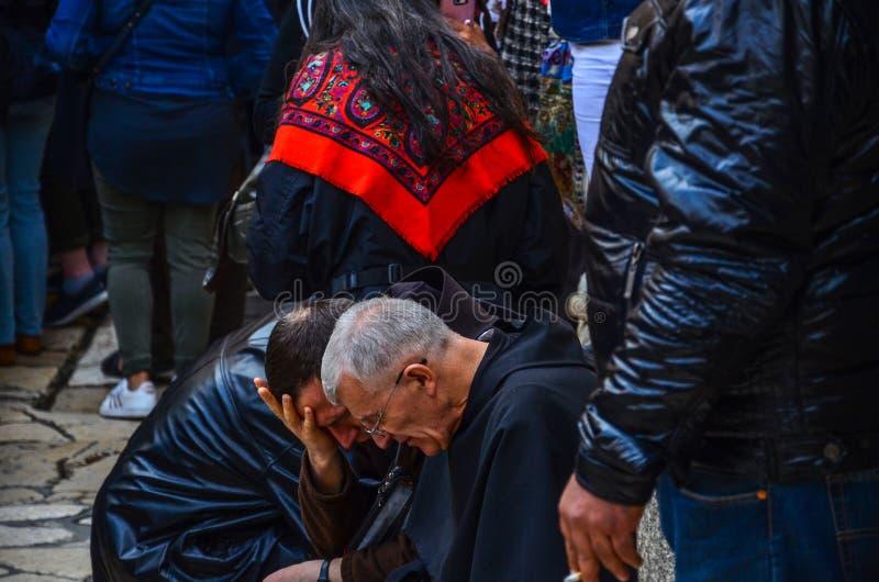 Sacerdotes que ruegan cerca de la iglesia de Santo Sepulcro foto de archivo