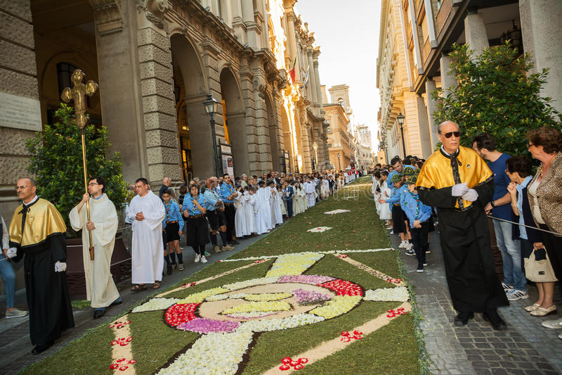 Sacerdotes y exploradores en la procesión religiosa de la recopilación Domini imagen de archivo