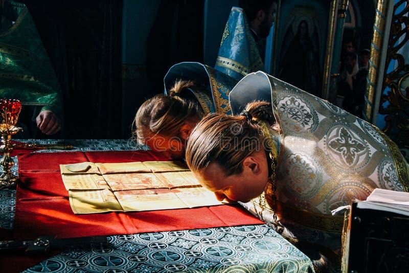 Sacerdotes y paño bendecido del altar fotos de archivo