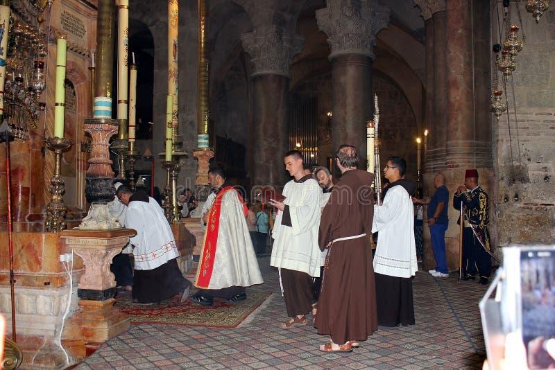 Sacerdoti all'entrata al aedicula del sepolcro santo, Gerusalemme fotografia stock libera da diritti