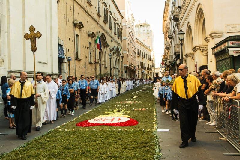 Sacerdoti ed esploratori nella processione religiosa del corpus Domini immagini stock libere da diritti