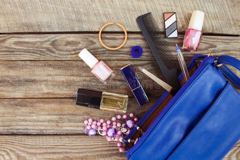 Sachen von offener Damenhandtasche stockbilder