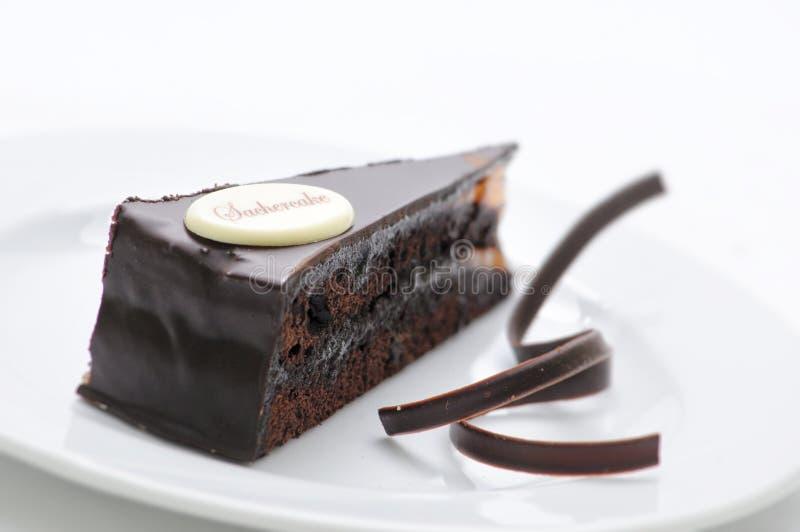 Sacher torte, czekoladowy tarta z zawijasami na bielu talerzu, słodki deser, patisserie, fotografia dla sklepu zdjęcie stock