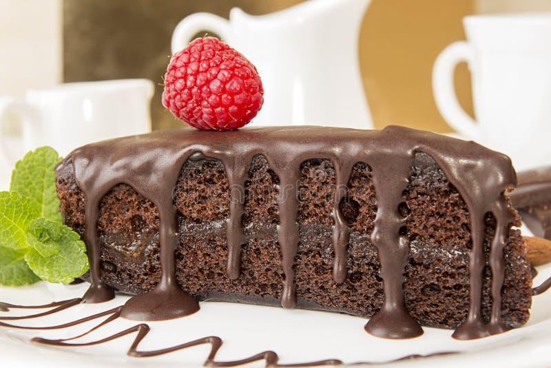 Sachertorte Часть торта sacher на белой плите стоковое изображение rf