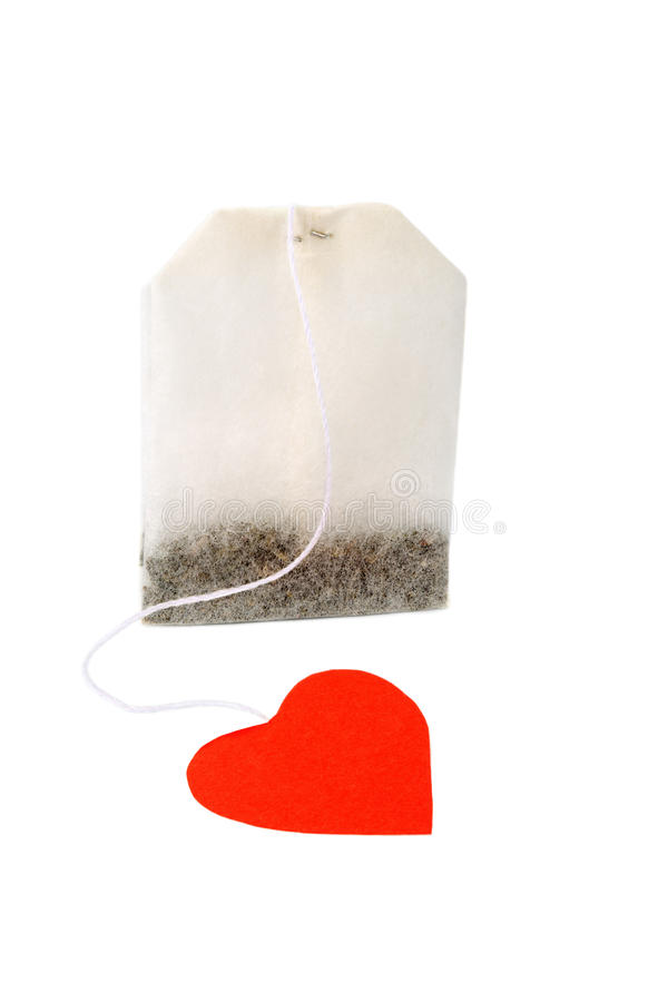 Sachet à thé avec l'étiquette rouge en forme de coeur d'isolement photographie stock libre de droits