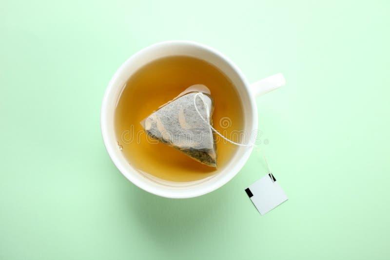 Sachet à thé en bon état dans une tasse photo libre de droits