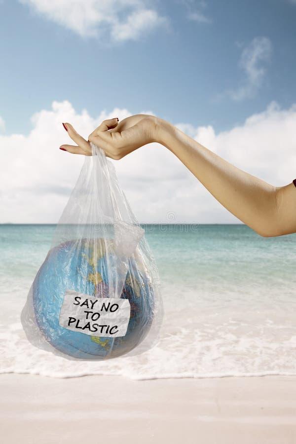 Sachet de globe et en plastique de participation de femme en plage images libres de droits