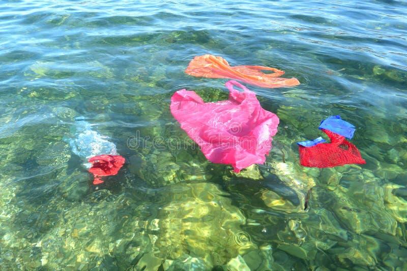 Sachets en plastique flottant en mer photographie stock libre de droits