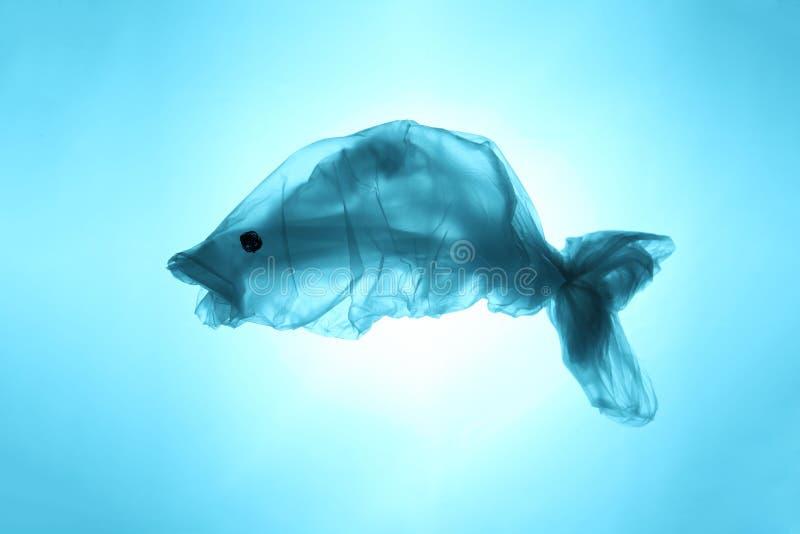 Sachets et d?chets en plastique dans la mer et l'oc?an Animaux de mer de souffrance Symbole de poissons hors des d?chets photographie stock