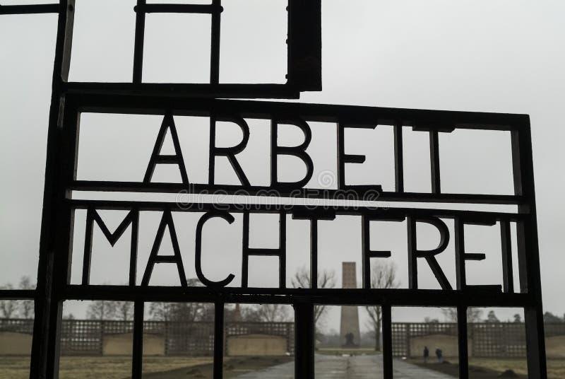 SACHSENHAUSEN, GERMANIA, 9 DICEMBRE 2009: La sentenza 'arbeit macht frei' sul cancello del campo di concentramento di Sachsenhaus immagine stock