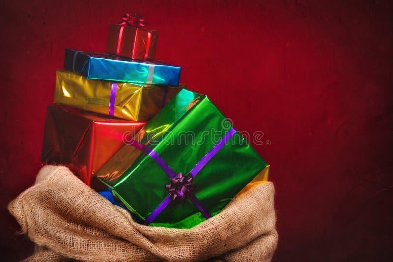 Sack von Sankt Nikolaus mit Geschenken lizenzfreies stockfoto