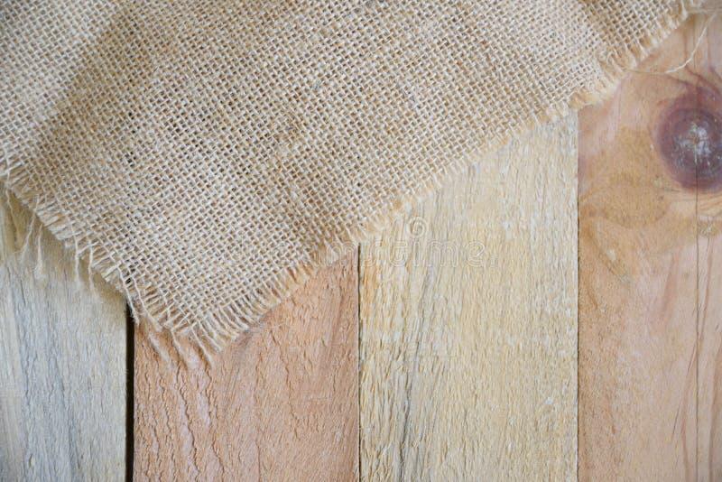 Sackcloth σε έναν φυσικό ξύλινο πίνακα σε μια αγροτική κουζίνα στοκ φωτογραφίες με δικαίωμα ελεύθερης χρήσης