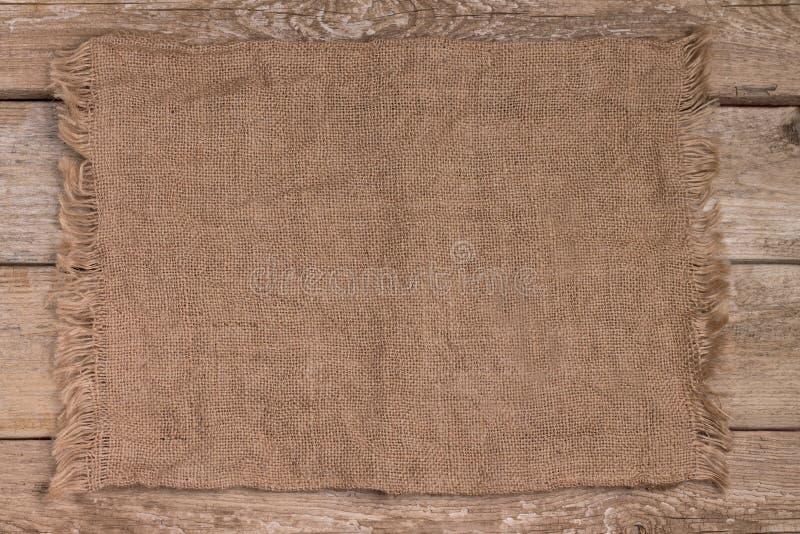 Sackcloth στον εκλεκτής ποιότητας ξύλινο πίνακα κουζινών στοκ φωτογραφίες με δικαίωμα ελεύθερης χρήσης