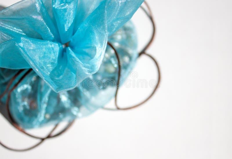 Saco azul do presente de organza fotografia de stock