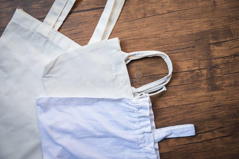 Saco blanco de las compras del paño del bolso del eco de la tela de la lona del totalizador en fondo de madera fotografía de archivo libre de regalías