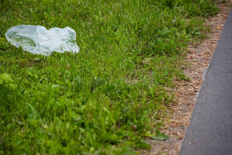 Saco branco jogado no freio com grama verde fotografia de stock