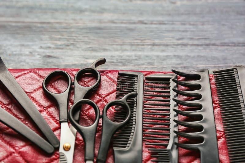 Saco com grupo do cabeleireiro profissional na tabela de madeira imagens de stock royalty free