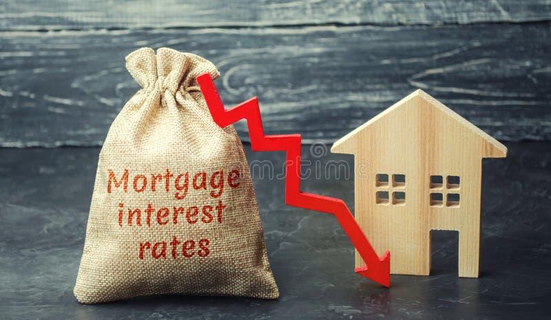 Saco com o dinheiro e as taxas de juros hipotecários da palavra e seta a tragar e abrigar Baixo interesse nas hipotecas Reduzindo imagem de stock royalty free