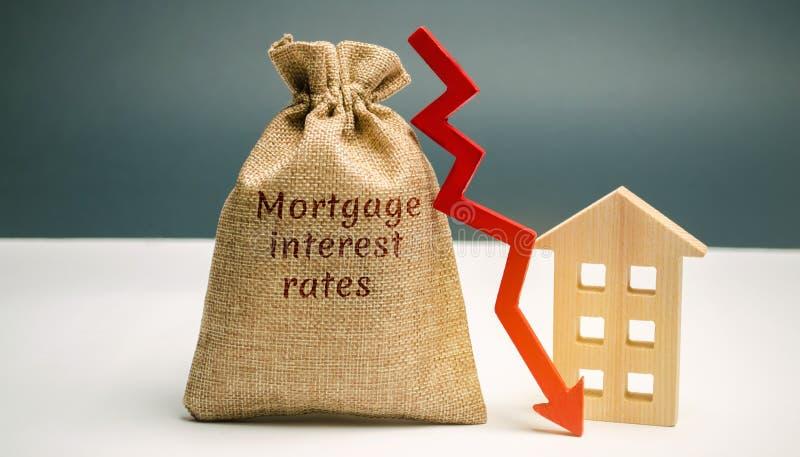 Saco com o dinheiro e as taxas de juros hipotecários da palavra e seta a tragar e abrigar Baixo interesse nas hipotecas Reduzindo imagens de stock royalty free