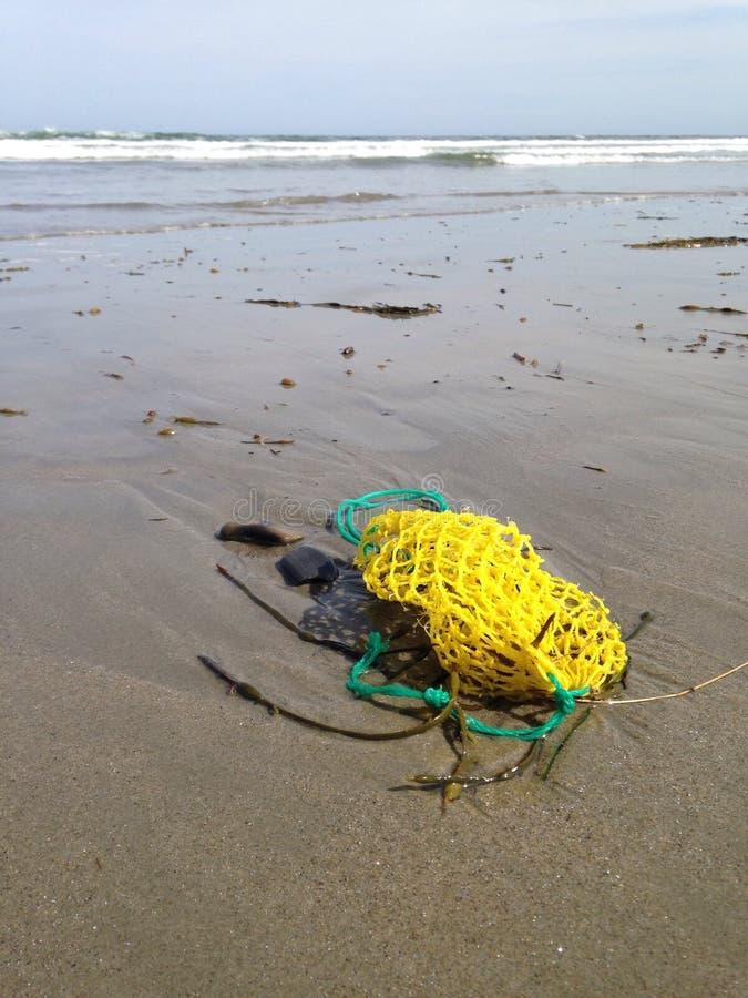 Saco da isca na praia imagens de stock