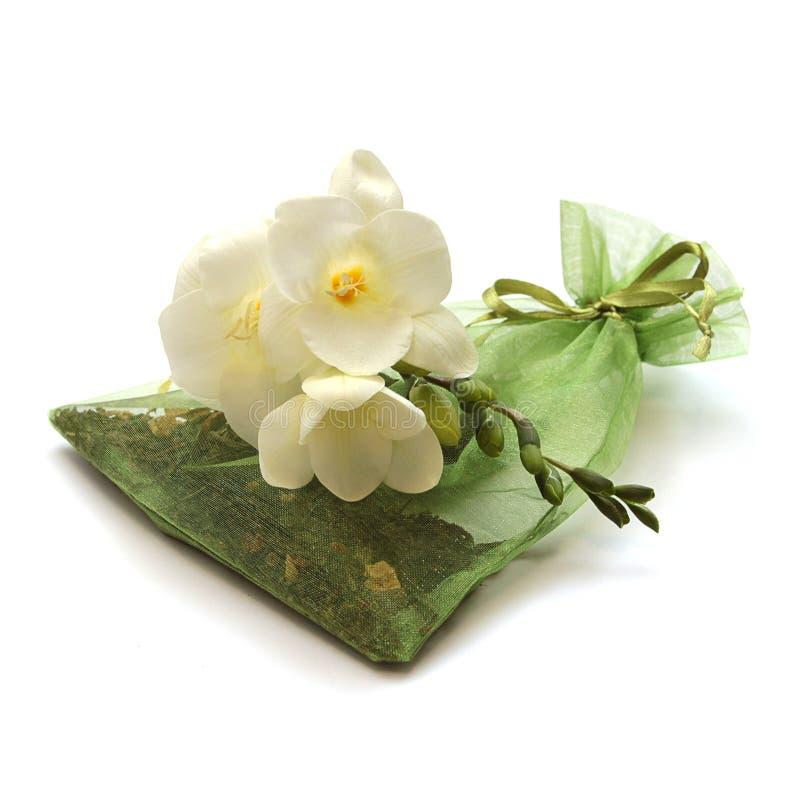 Saco das folhas do chá com flor fotografia de stock royalty free