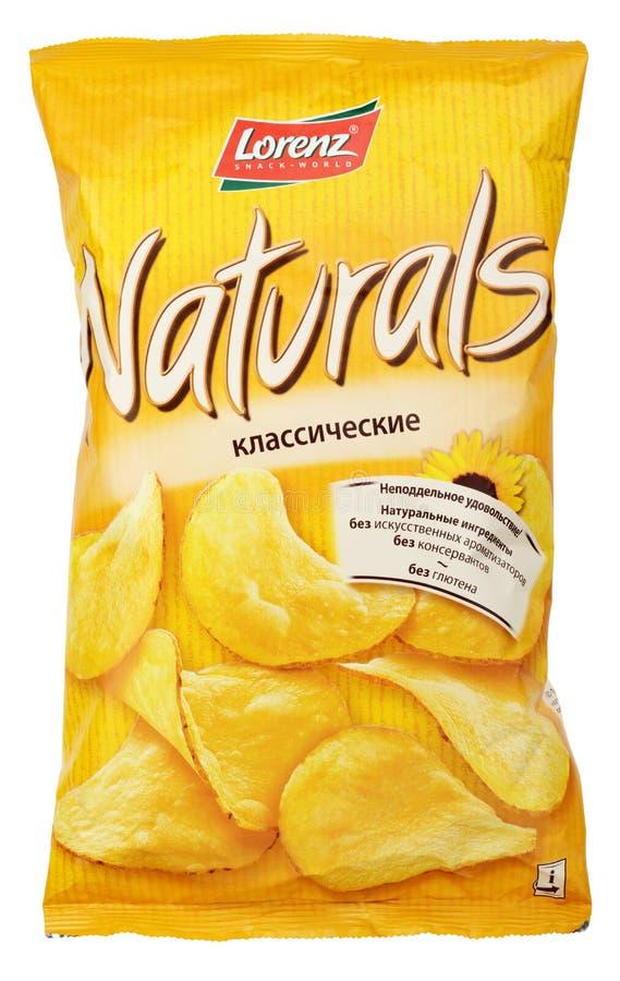 Saco das microplaquetas de batata de Lorenz Naturals Classic isolado no branco imagem de stock