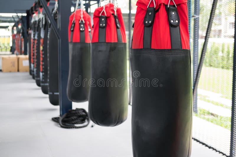 saco de areia para bater e perfurar no gym do encaixotamento esporte, aptidão l imagens de stock