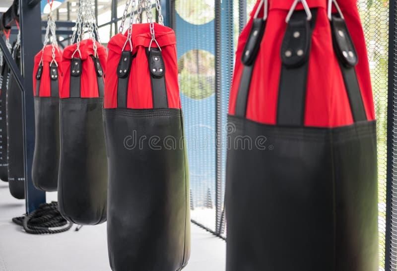 saco de areia para bater e perfurar no gym do encaixotamento esporte, aptidão l fotografia de stock royalty free